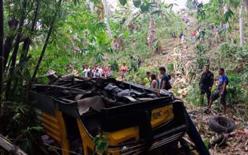 10 die, 8 injured in Albay town jeepney plunge