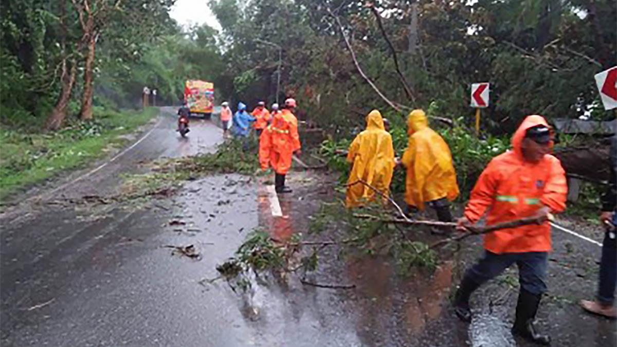 DPWH clears road of landslide, debris after typhoon