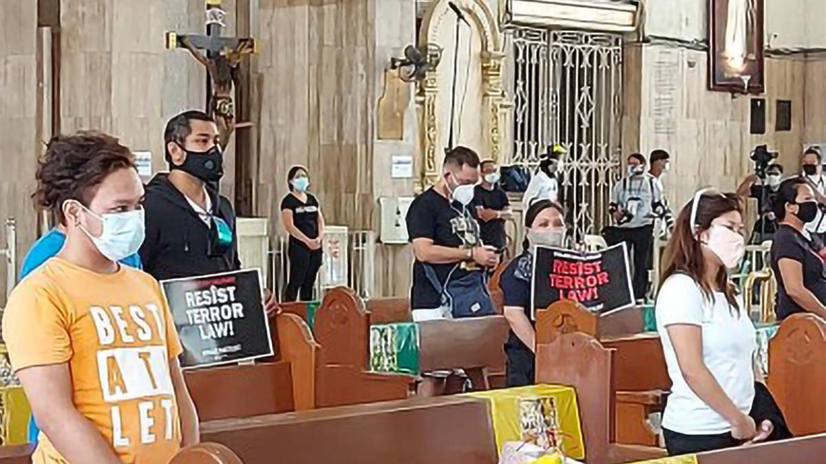 Netizens, priests slam display of placards at Mass
